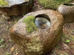 鞍馬石の水鉢