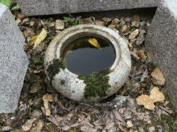 小さな鉄鉢型の手水鉢