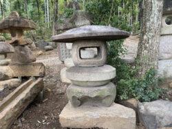 岡崎石の丸型雪見灯籠