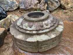 古灯籠の下台を加工した手水鉢