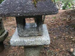 白川石製の織部型灯籠