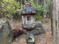 古い白川石の生け込み灯籠