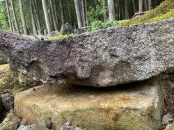 矢痕のある水盤石