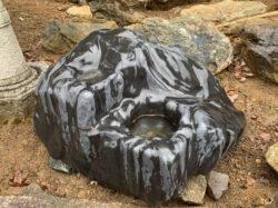 瀬田真黒石の壺石